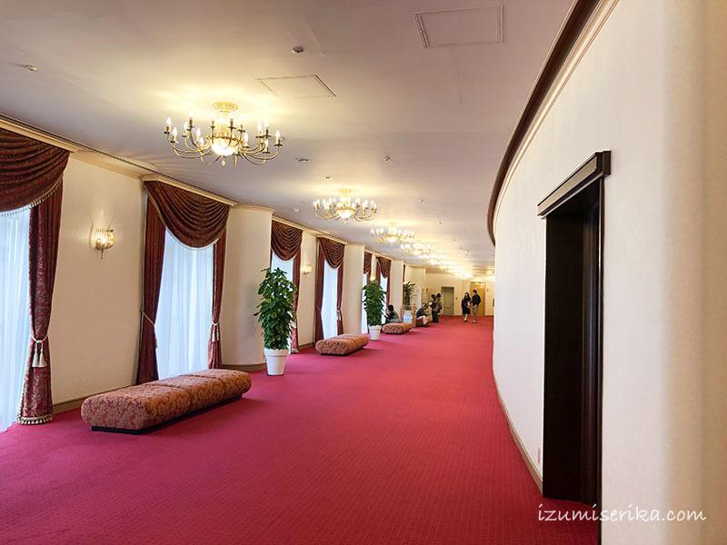 2階席のあるフロアの廊下