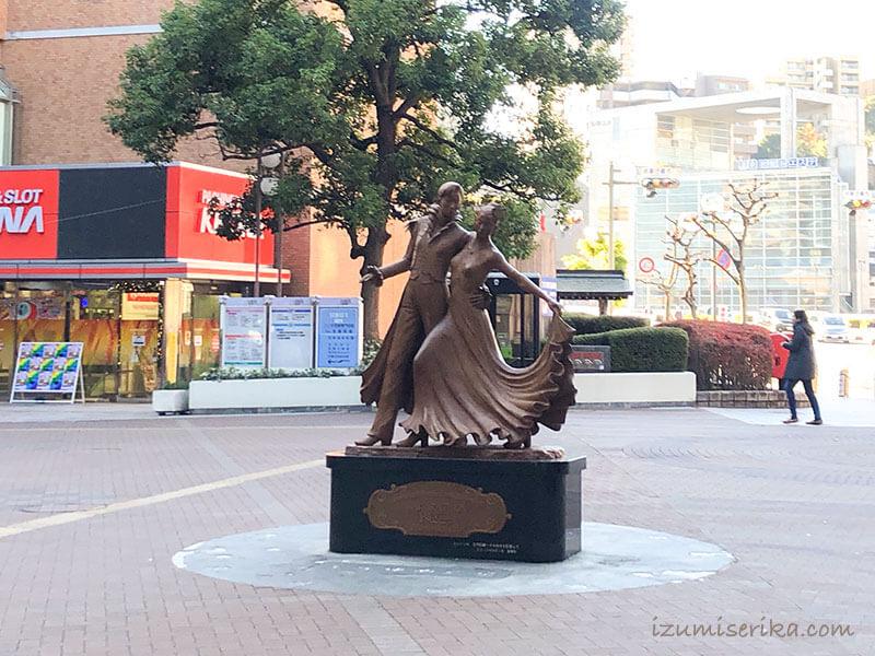 宝塚駅前にあるデュエットダンスを踊る像